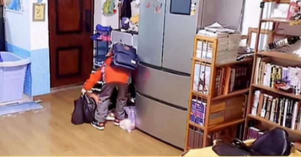 Camera ghi lại buổi sáng của một cậu bé 10 tuổi khiến vô số phụ huynh nhói tim, ai nấy xem lại ngay cách giáo dục con cái của mình