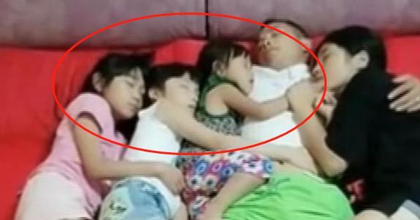 3 cô con gái ngủ với bố, mẹ vô tình chụp được bức ảnh và