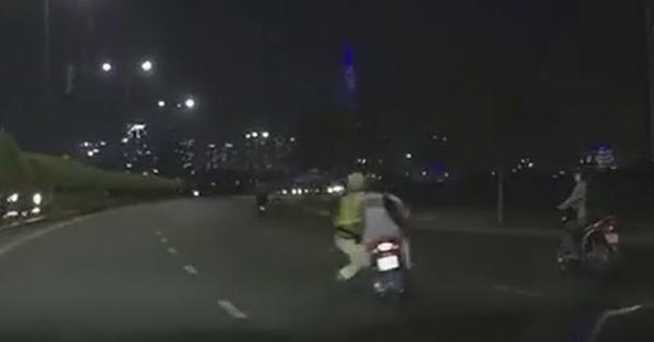 Clip: Nam thanh niên phóng như bay bất chấp CSGT đang bám xe máy để xử lý vi phạm