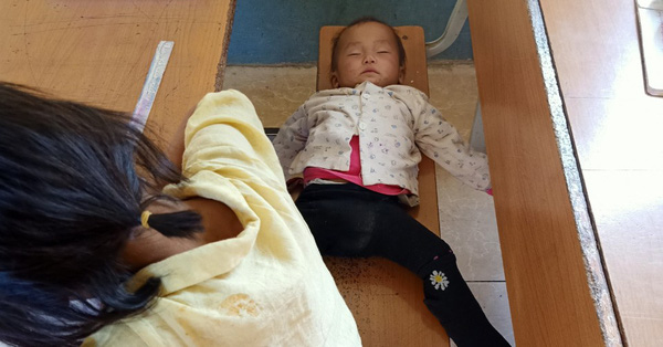 Hình ảnh bé gái lớp 4 ở Lai Châu địu em đến trường, dỗ em đang khóc ngay trong lớp và câu chuyện phía sau khiến nhiều người rơi nước mắt