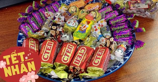 Mua 1 được cả chục loại nhờ những sản phẩm bánh kẹo mix vị của Nga, bày ngày Tết đảm bảo khay mứt vừa đẹp lại còn sang