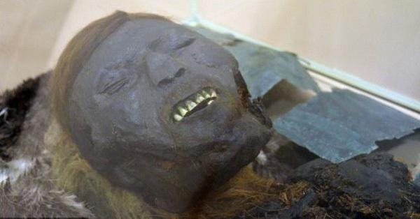 Tìm thấy nhiều xác ướp tại khu mộ tập thể, các nhà khoa học sửng sốt khi nhìn vào một khuôn mặt đen sì, tóc vàng chóe cùng nụ cười bí hiểm