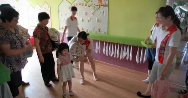 Bà mẹ đến lớp làm ầm ĩ vì con bị mất đồ trong ngày đầu đi học, cô giáo lẳng lặng làm 1 việc khiến phụ huynh này cúi mặt xấu hổ