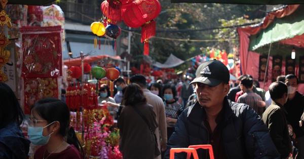 Hà Nội: Vẫn có nhiều người thờ ơ với khẩu trang khi đi chợ sắm Tết, đeo kiểu