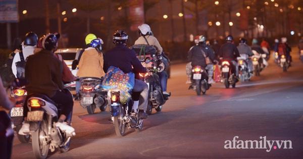 Ảnh: Hàng nghìn người và phương tiện vẫn đang liên tục đổ về Hà Nội dù đã tối muộn