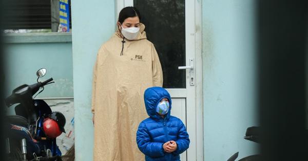 Hà Nội: Người dân tự giác đội mưa tới trạm y tế phường khai báo sau kỳ nghỉ Tết, người từ Cẩm Giàng (Hải Dương) được lấy mẫu xét nghiệm tại chỗ