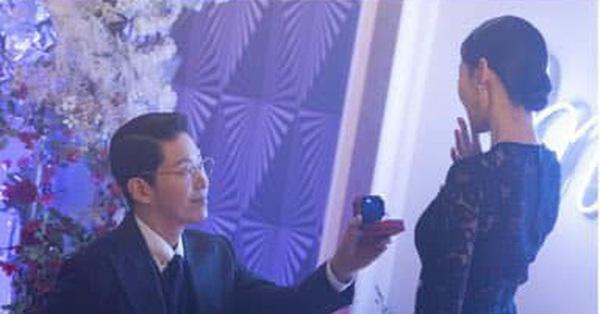 """Cuộc chiến thượng lưu phần 2 tung ảnh gây chướng mắt: Ju Dan Tae cầu hôn Seo Jin, màn """"mèo mả gà đồng"""" khiến fan tức giận"""
