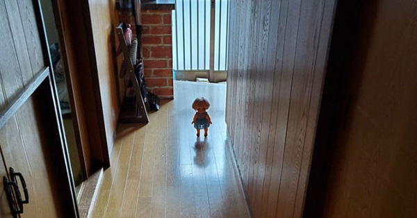 Con gái vào nhà vệ sinh lâu không trở ra, mẹ đi kiểm tra thì bắt gặp cảnh tượng kỳ lạ ngay giữa nhà đến nỗi phải hét lên trong kinh hoàng