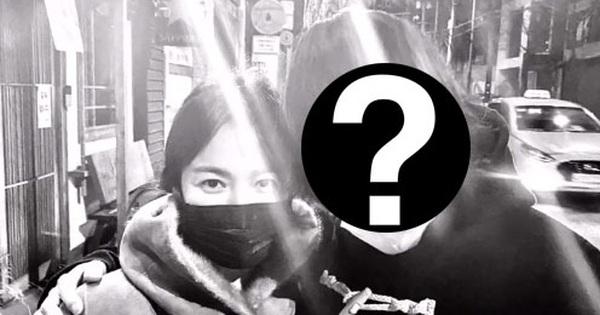 Mặc kệ chồng cũ liên tục có động thái, Song Hye Kyo vẫn thoải mái xuất hiện bên cạnh người đàn ông này