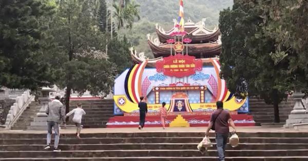 Hà Nội: Bất chấp lệnh cấm, dẫn khách vào chùa Hương