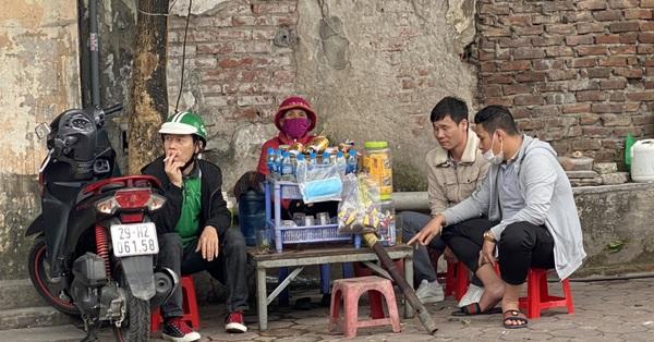 Hà Nội: Bất chấp lệnh dừng hoạt động để phòng dịch, nhiều quán trà đá quanh bến xe vẫn thản nhiên mở cửa đón khách