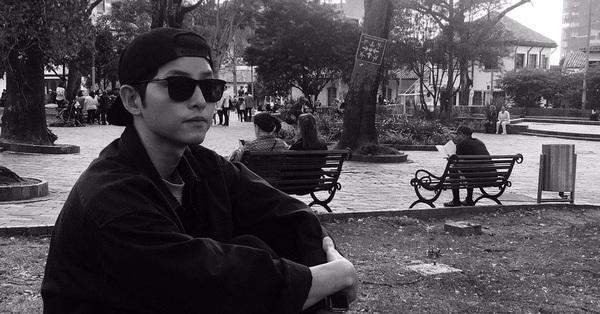 Song Joong Ki lộ ảnh buồn bã chán chường sau khi Song Hye Kyo ôm ấp sánh đôi cùng một người đàn ông khác
