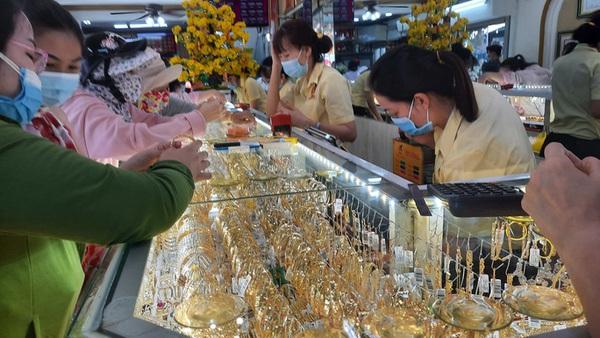 Giá vàng hôm nay 20-2: Bật tăng dù các quỹ đầu tư bán tiếp 2,15 tấn vàng - giá vàng sjc