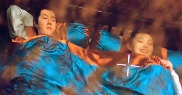 Netizen bấn loạn vì cảnh giường chiếu của Vương Nhất Bác và