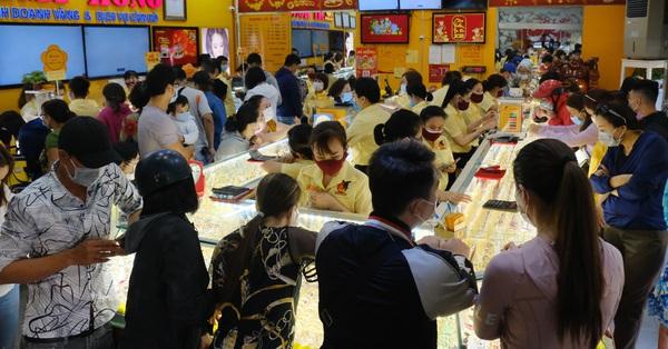 TP.HCM: Hàng trăm người vô tư chen chúc mua vàng ngày vía Thần Tài bất chấp dịch bệnh