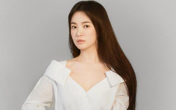 2 màn diện đồ hiệu gây tranh cãi nhất tuần: Triệu Vy lép vế trước Song Hye Kyo, nữ chính aespa làm nền cho