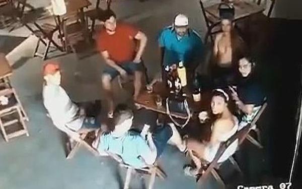 Brazil: Vợ cuồng ghen, đột kích quán bar nã súng điên cuồng vào bạn nhậu của chồng