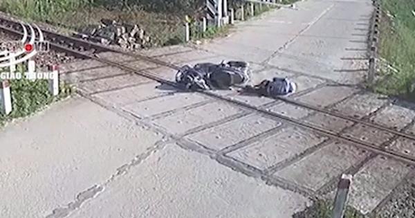 Clip: Băng qua đường tàu, thanh niên đập mặt vào thanh chắn và 3 giây ngắn ngủi tự