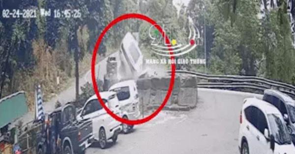 Clip: Xe con đâm kinh hoàng vào vách đá trên đèo, 4 người trong một gia đình thương vong
