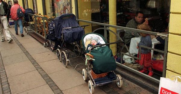 Bố mẹ bỏ con ngủ trên xe đẩy để vào nhà hàng ăn uống đã đời, hình ảnh gây phẫn nộ hóa ra là