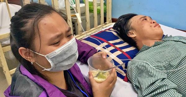 Cha nguy kịch cấp cứu đúng ngày mùng 1 Tết, con gái 13 tuổi ròng rã chăm sóc trong viện, khóc nghẹn vì không còn tiền