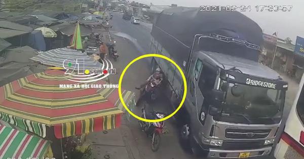 Clip: Ô tô tải vượt ẩu suýt đẩy 2 mẹ con đi xe máy đến tai nạn kinh hoàng, khoảnh khắc chạm