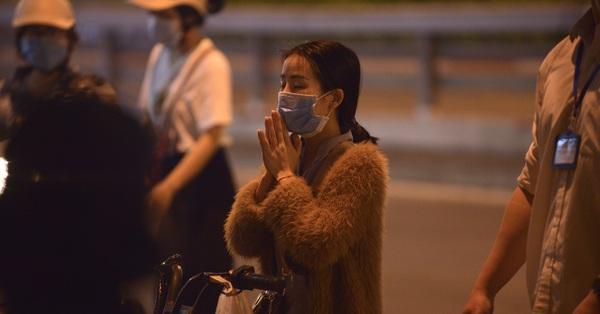 Rằm tháng Giêng khác lạ ở chùa Phúc Khánh: Không còn cảnh kê ghế nhựa ngồi tắc cả đường, người dân đứng ngoài cổng vái vọng cầu bình an đến tối muộn