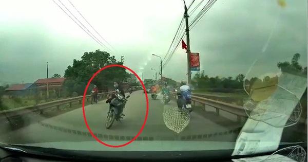 Góc khó hiểu: Cô gái dựng xe ngồi vắt chân chặn giữa đường, khi được nhắc nhở còn có đáp trả gây ức chế hơn nữa