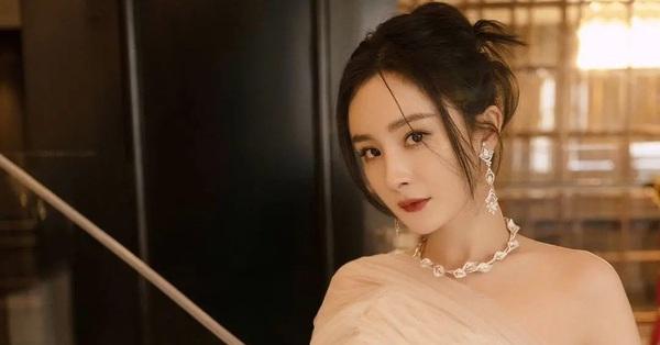 Vắng mặt trên thảm đỏ Đêm hội Weibo nhưng Dương Mịch vẫn bị Cnet chê bai tạo hình không thương tiếc