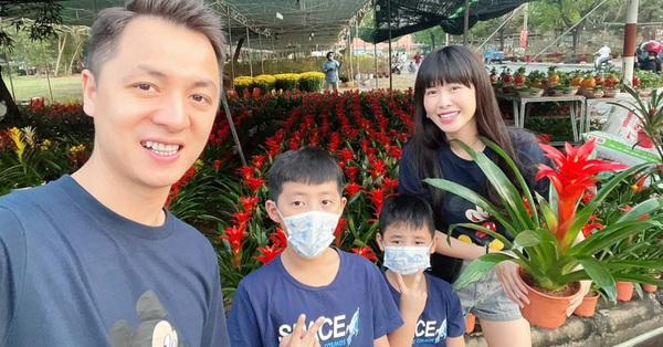 Mới 21, 22 âm nhưng hot mom Thủy Anh đã nhất quyết dẫn 2 con đi mua hoa Tết, hóa ra cô muốn dạy con bài học tuyệt vời như này