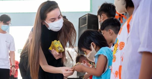 Hồ Ngọc Hà cùng Bùi Anh Tuấn, Nguyễn Hồng Thuận xuống Long An trao quà Tết cho trẻ em mồ côi