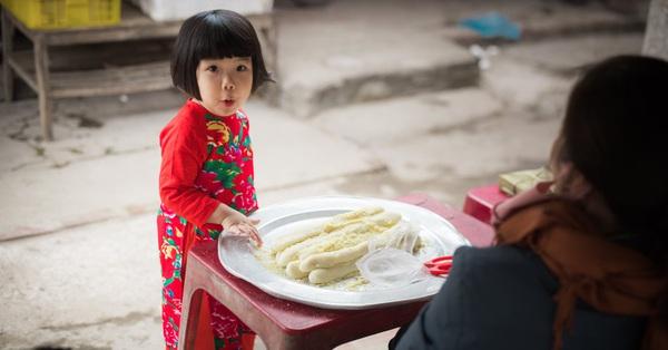 Bộ ảnh Tết đẹp như tranh vẽ của bé gái 3 tuổi chụp ở chợ quê, biểu cảm của cô nhóc khiến dân mạng phải