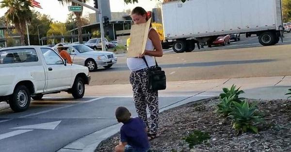 Người phụ nữ thấy 2 mẹ con thai phụ ăn xin đáng thương bước lên chiếc xe và diễn biến tiếp theo khiến bà muốn gọi cảnh sát ngay