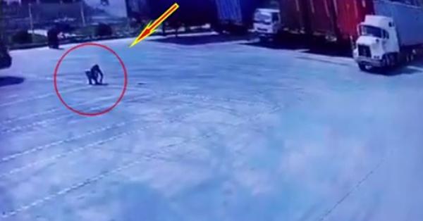 Clip: Ngồi giữa bãi đỗ xe, người đàn ông gặp tai nạn bất thình lình khiến tất cả bàng hoàng
