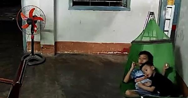 Đang thảnh thơi xem tivi bỗng nghe tiếng xe máy quen thuộc, 2 anh em có hành động nhanh như chớp khiến dân tình cười nghiêng ngả