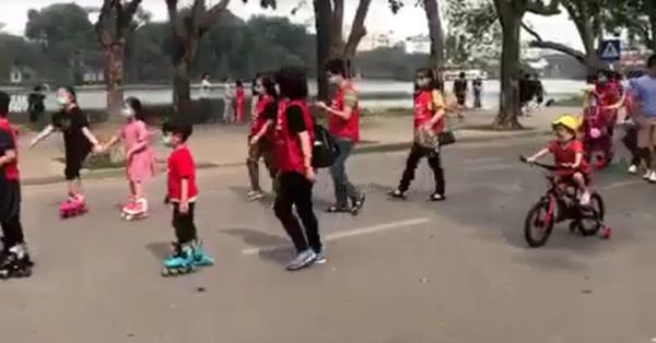 Hà Nội: Mua chung cư cao cấp 5 năm không có sổ đỏ, không được học đúng tuyến, trẻ con trượt patin theo cha mẹ diễu phố phản đối chủ đầu tư