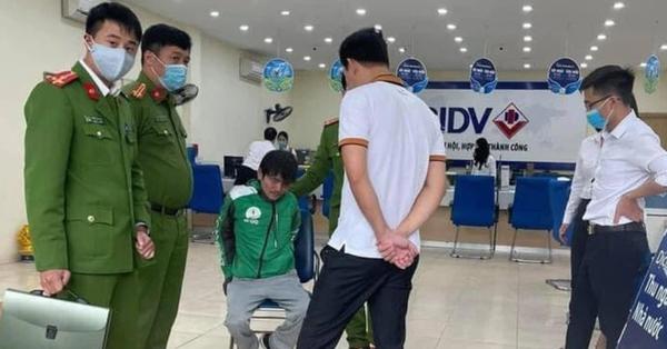 Hà Nội: Khống chế đối tượng mặc áo Grab cầm vật nghi là súng và mìn xông vào cướp ngân hàng BIDV