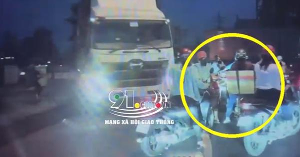 Nam thanh niên ném đá vào xe khách bị tài xế xách dao xuống