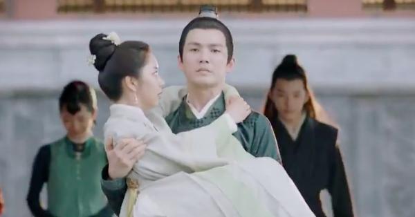 Cẩm tâm tựa ngọc: Đàm Tùng Vận vừa e thẹn vì Chung Hán Lương bồng bế, đã vội tái mặt vì sợ chồng làm có bầu