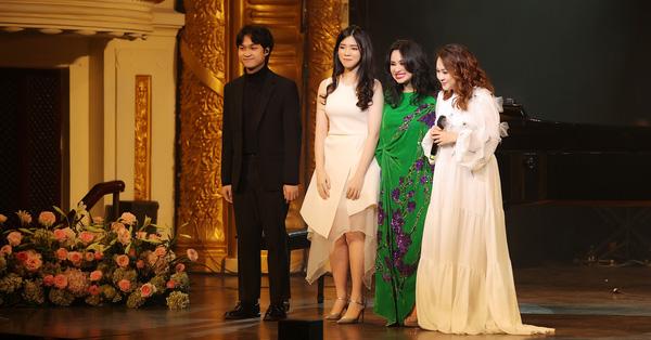 Thanh Lam lần đầu đứng chung sân khấu cùng con ruột và con riêng của bạn trai bác sĩ