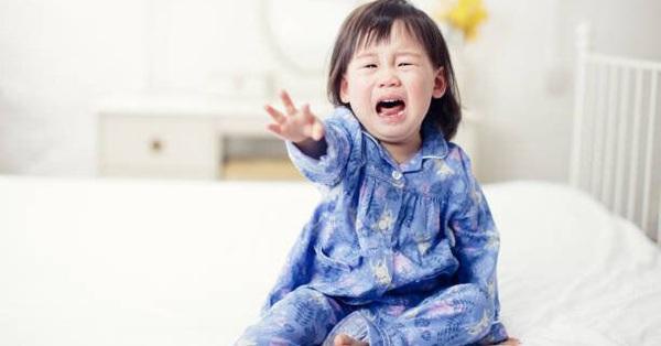 Bé gái 5 tuổi liên tục kêu đau