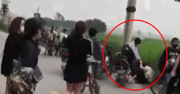 Clip: Phẫn nộ nam sinh túm tóc, tát liên tiếp vào đầu nữ sinh ngay bên vệ đường trong tiếng reo hò của đám bạn chứng kiến