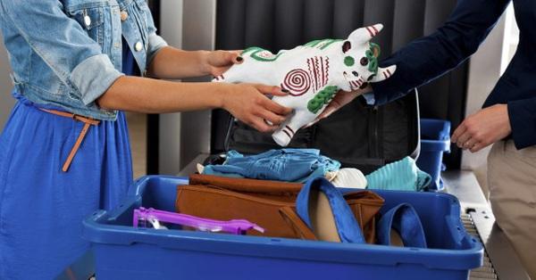 """Nước hoa, chai tẩy trang, đồ vật nhọn... khi bị tịch thu tại sân bay sẽ  """"dạt"""" về đâu? Sự thật đảm bảo khiến ai nấy ngã ngửa - VNReview Tin mới"""