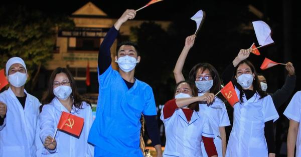 Người dân Chí Linh vui như giờ mới Tết, bác sĩ rưng rưng nước mắt xúc động thời khắc gỡ bỏ phong tỏa vì COVID-19