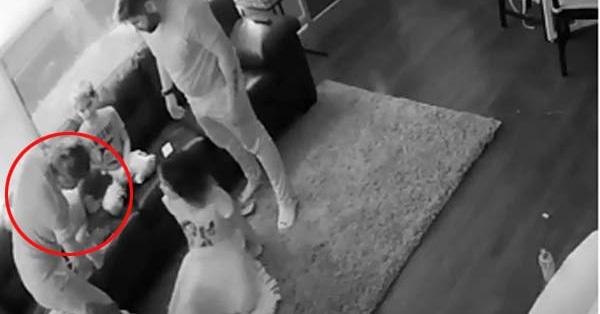 Cả nhà đang ngồi xem tivi bỗng nhiên con gái út phát ra tiếng động bất thường, bà mẹ làm ngay một việc cứu con đang ngàn cân treo sợi tóc