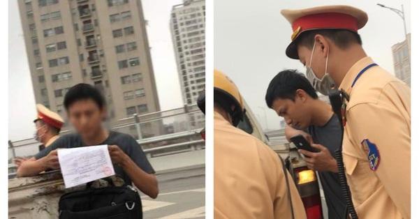Hà Nội: Xin bỏ qua lỗi vi phạm không được, tài xế xe Innova rút điện thoại livestream CSGT lên mạng xã hội