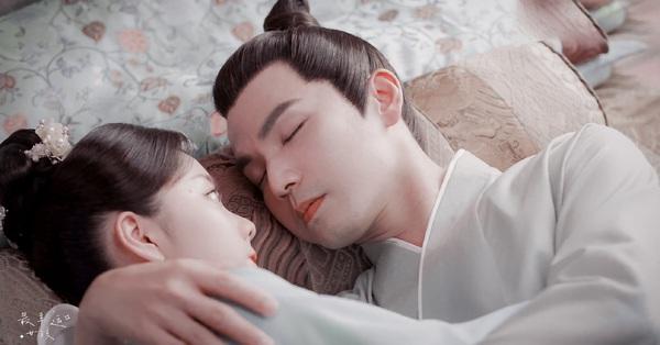 Cẩm tâm tựa ngọc: Cảnh giường chiếu ngọt lịm, Chung Hán Lương bế Đàm Tùng Vận đi ngủ, còn ôm chặt cứng không rời