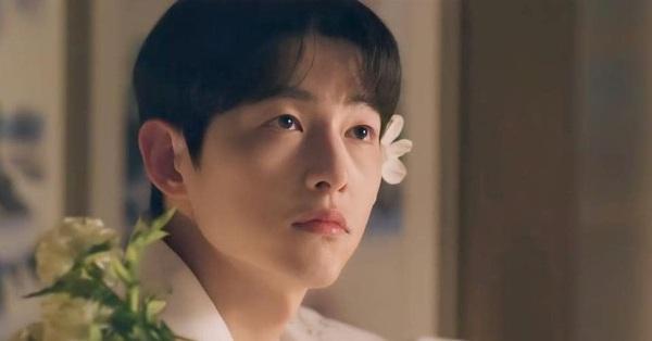 Song Joong Ki khiến fan điên đảo với loạt ảnh cài hoa, môi đỏ mọng khoe visual cực phẩm,
