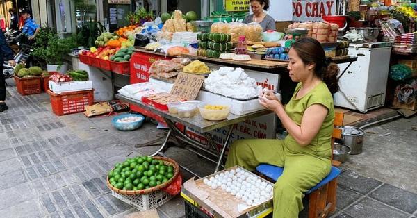 Tết Hàn thực: Ngay từ sớm người dân Hà Nội đã nhộn nhịp xếp hàng đi chợ mua bánh trôi bánh chay, sắm đồ cúng lễ