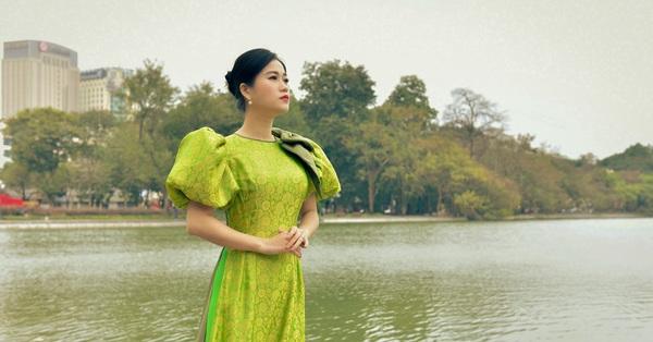 Khác với hình ảnh hài hước trên sân khấu, Lâm Vỹ Dạ lại dịu dàng bất ngờ khi diện áo dài